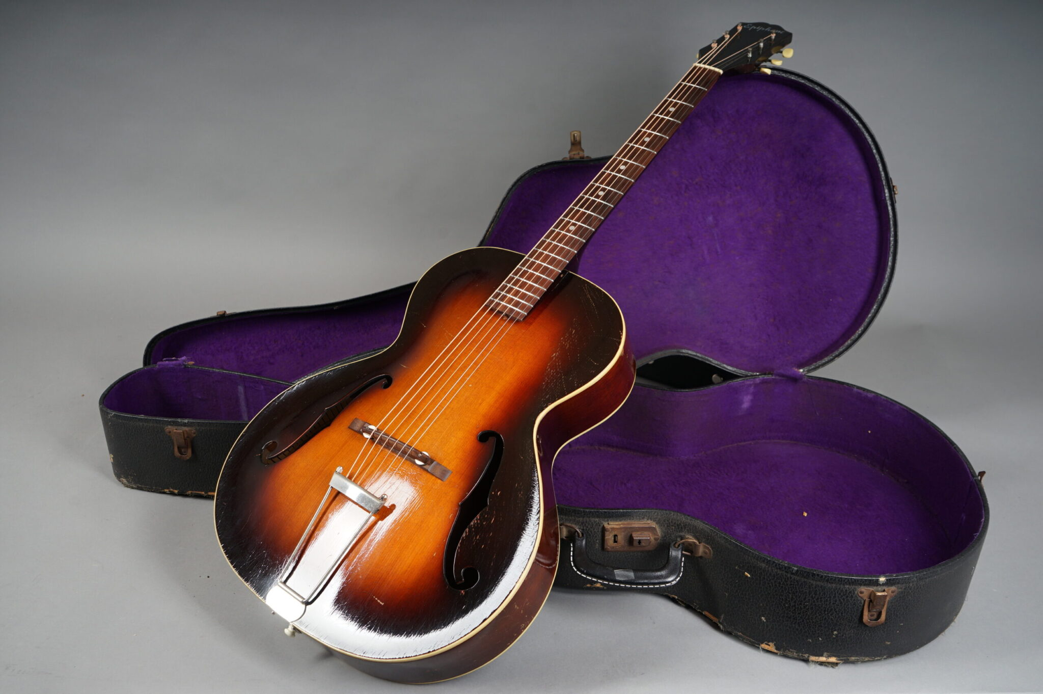 https://guitarpoint.de/app/uploads/products/1941-epiphone-olympic-16254/1941-Epiphone-Olympic-8-scaled-2048x1362.jpg