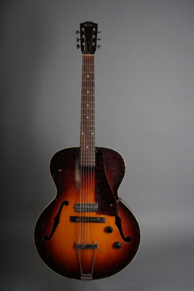 https://guitarpoint.de/app/uploads/products/1941-gibson-es-150/1941-Gibson-S-150-Sunburst-7380H-1-scaled-384x576.jpg