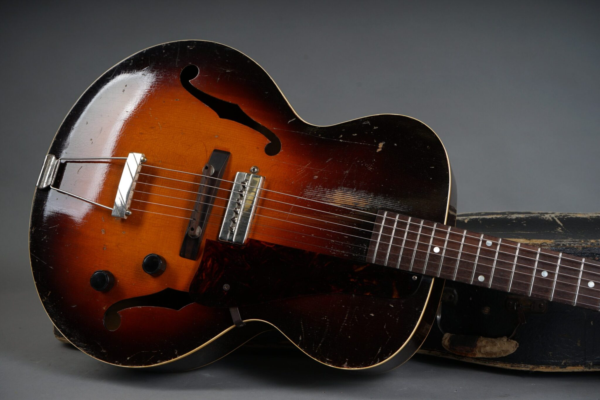 https://guitarpoint.de/app/uploads/products/1941-gibson-es-150/1941-Gibson-S-150-Sunburst-7380H-19-scaled-2048x1366.jpg