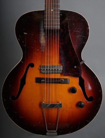 https://guitarpoint.de/app/uploads/products/1941-gibson-es-150/1941-Gibson-S-150-Sunburst-7380H-2-scaled-439x576.jpg