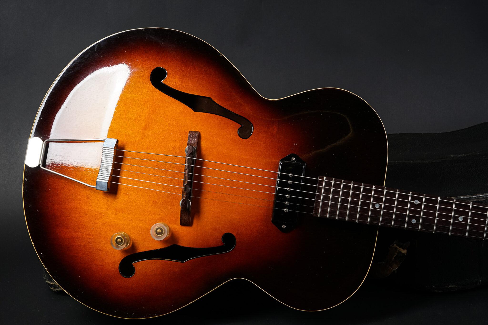 https://guitarpoint.de/app/uploads/products/1947-gibson-es-150-no-serial/1947-Gibson-ES-150-sunburst-9-2048x1366.jpg