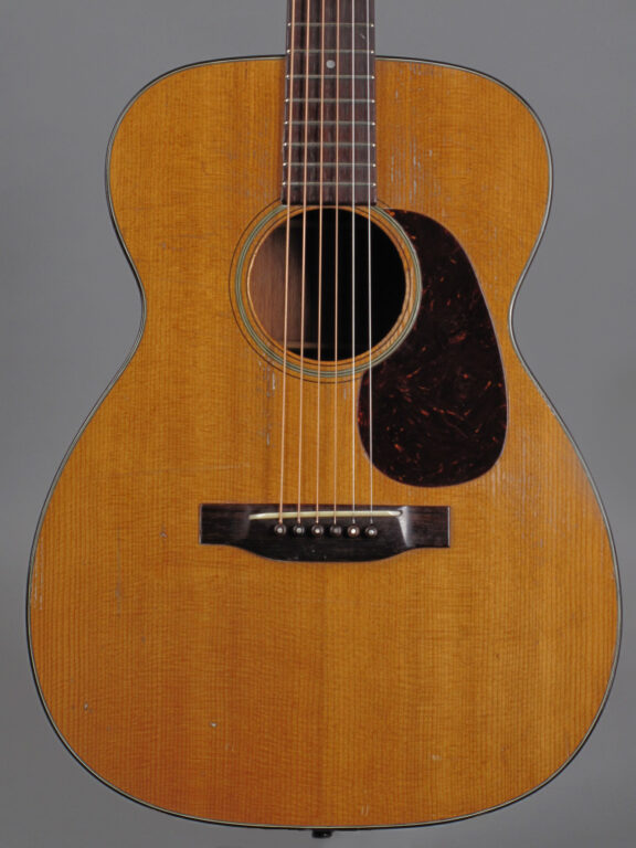 https://guitarpoint.de/app/uploads/products/1949-martin-00-18-natural/1949-Martin-0018-112754_2-576x768.jpg}
