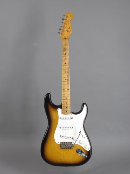 https://guitarpoint.de/app/uploads/products/1954-fender-stratocaster-0967/1954-Fender-Stratocaster-2-tone-Sunburst-0967-1-432x576.jpg