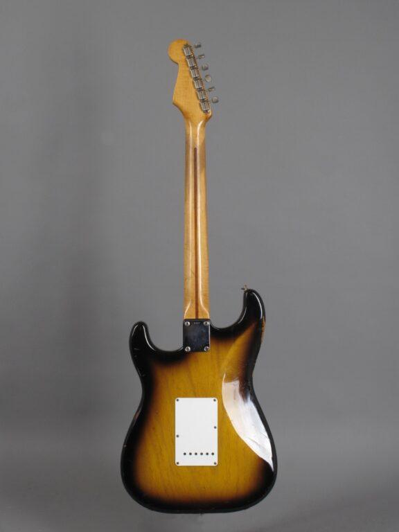 https://guitarpoint.de/app/uploads/products/1954-fender-stratocaster-0967/1954-Fender-Stratocaster-2-tone-Sunburst-0967-3-576x768.jpg