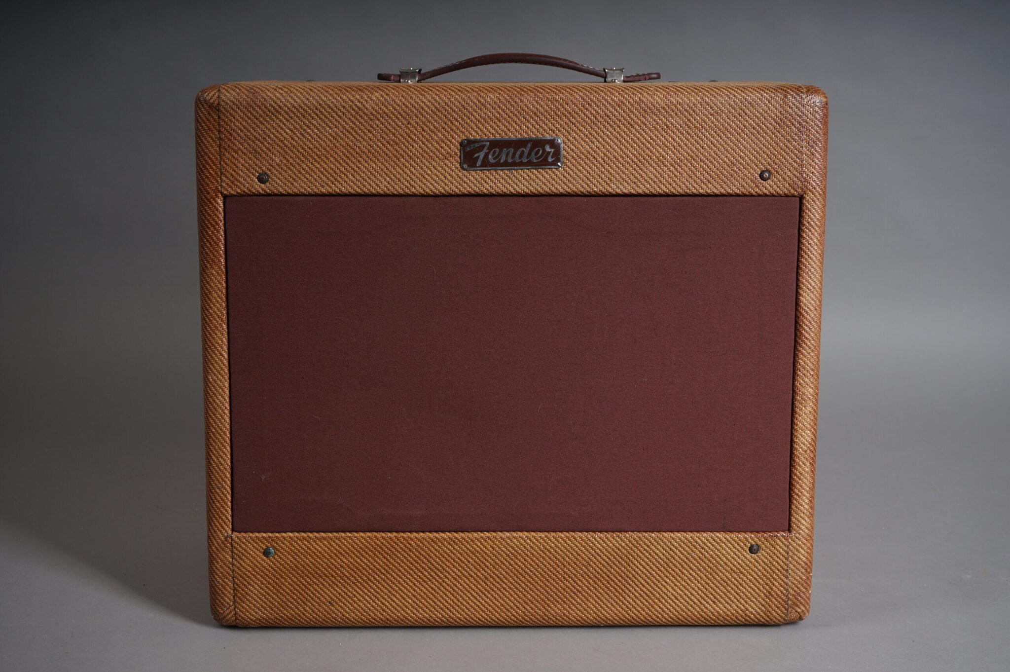 https://guitarpoint.de/app/uploads/products/1955-fender-deluxe-5d3-amp-tweed/DSC08408-scaled-2048x1362.jpg