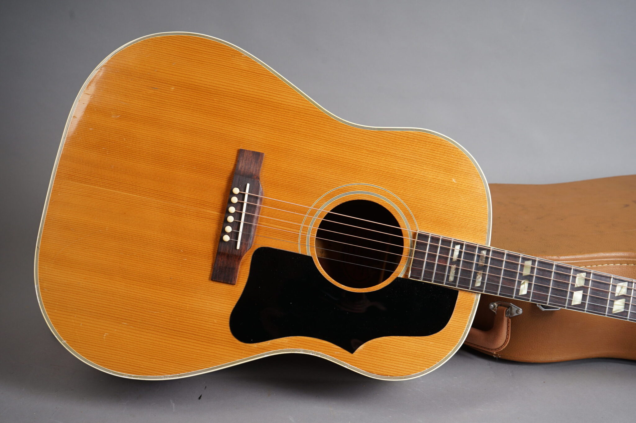 https://guitarpoint.de/app/uploads/products/1955-gibson-country-western-natural/1955-Gibson-Country-Western_A20767-7-scaled-2048x1362.jpg