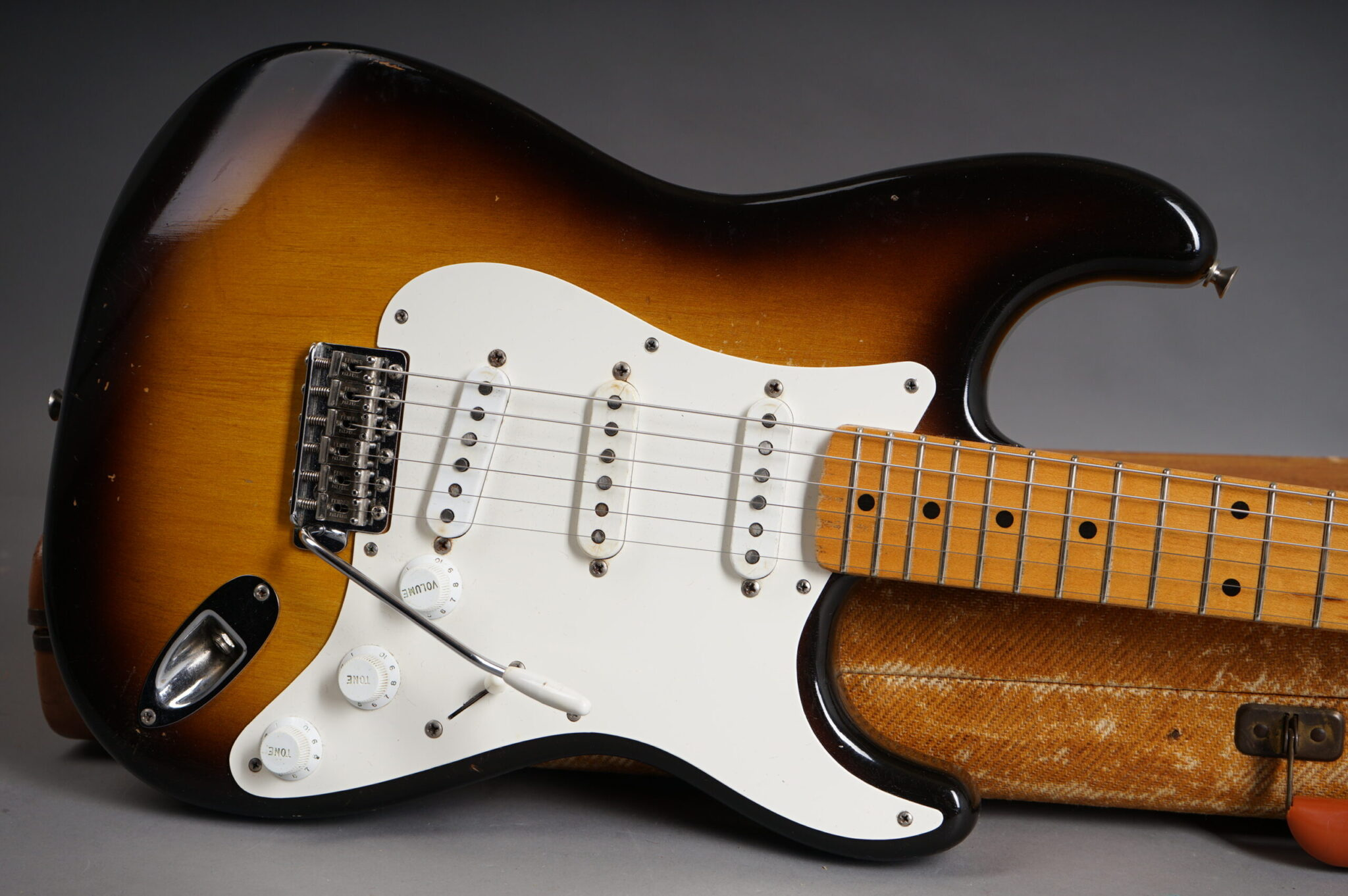 https://guitarpoint.de/app/uploads/products/1956-fender-stratocaster-2-tone-sunburst-5/1956-Fender-Stratocaster-Sunburst-14567-11-scaled-2048x1362.jpg