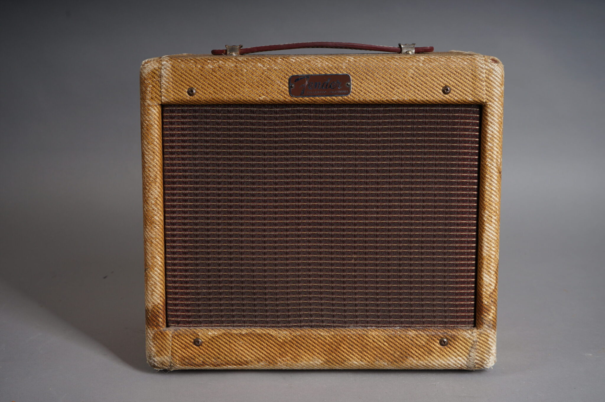 https://guitarpoint.de/app/uploads/products/1957-fender-champ-5f1-tweed/1957-Fender-5F1-Champ-C05999-2-scaled-2048x1362.jpg