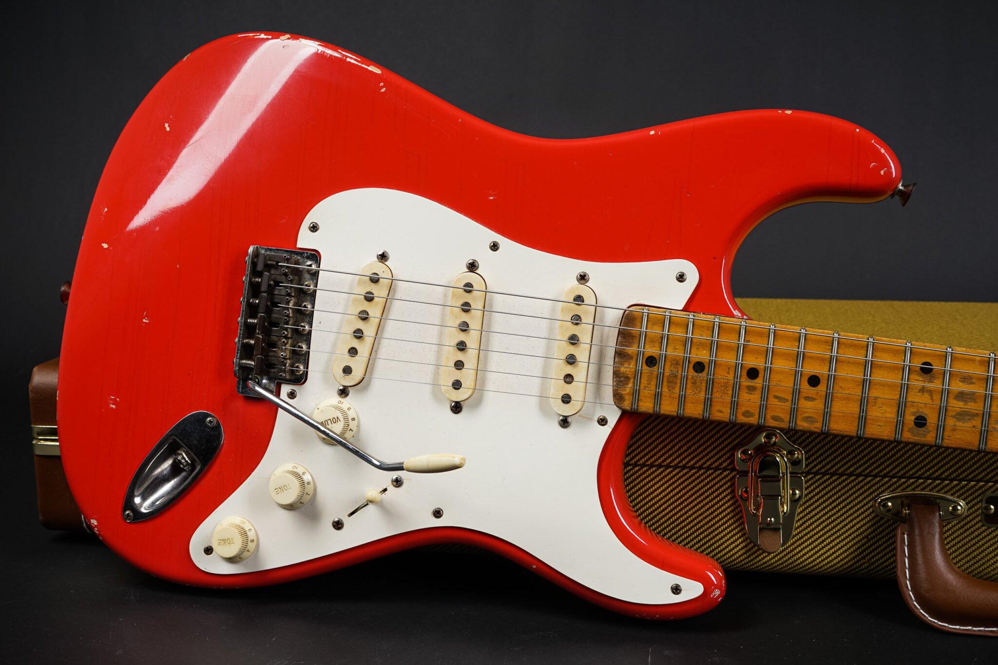 https://guitarpoint.de/app/uploads/products/1957-fender-stratocaster-fiesta-red-refin-314kg/1957-Fender-Stratocaster-21591-9-2048x1366.jpg