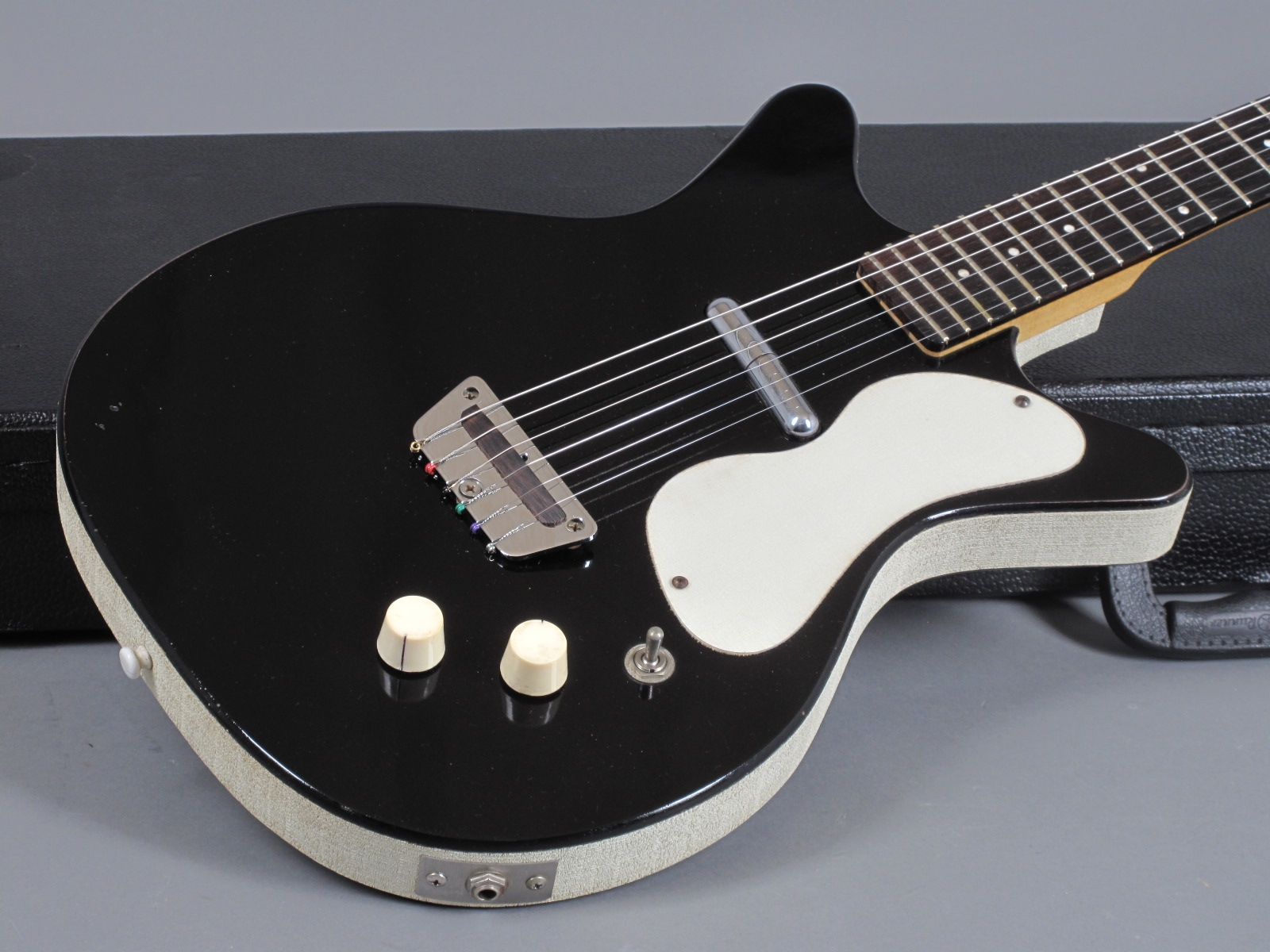 https://guitarpoint.de/app/uploads/products/1959-danelectro-3011-standard-doublecut-black/1959-Danelectro-DC-2-Black_17.jpg