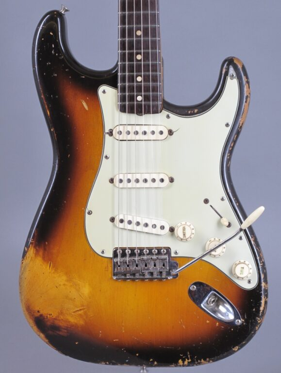 https://guitarpoint.de/app/uploads/products/1960-fender-stratocaster-sunburst-2/1960-Fender-Stratocaster-3-tone-Sunburst-49420_2-579x768.jpg