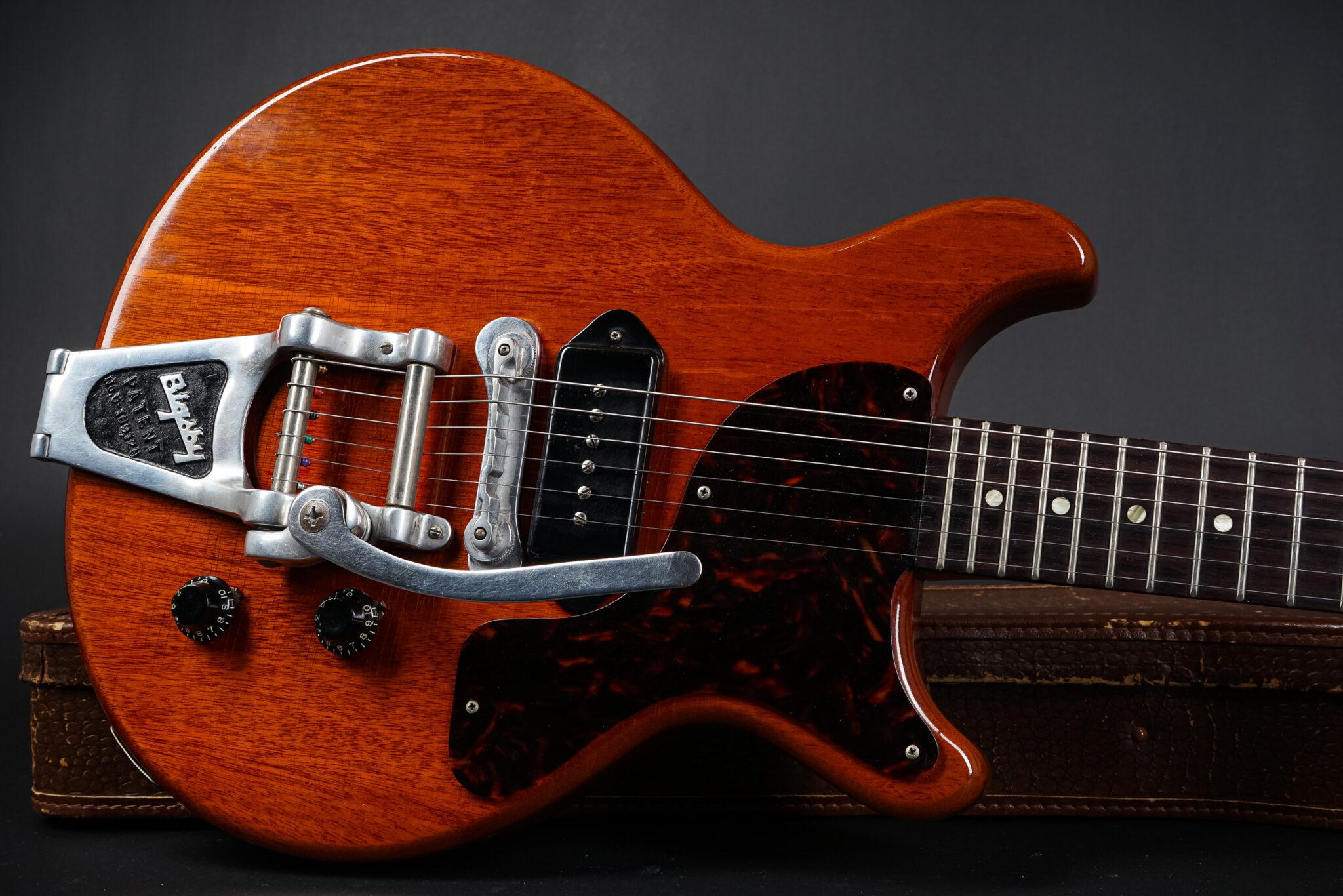 https://guitarpoint.de/app/uploads/products/1960-gibson-les-paul-junior-dc-cherry-rare-factory-bigsby/1960-Gibson-Les-Paul-Junior-03910-10-2048x1366.jpg