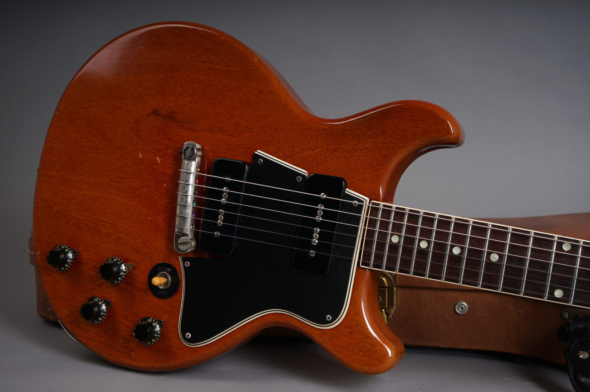 https://guitarpoint.de/app/uploads/products/1960-gibson-les-paul-special-cherry/1960-Gibson-Les-Special-Cherry-08437-9-scaled-2048x1362.jpg