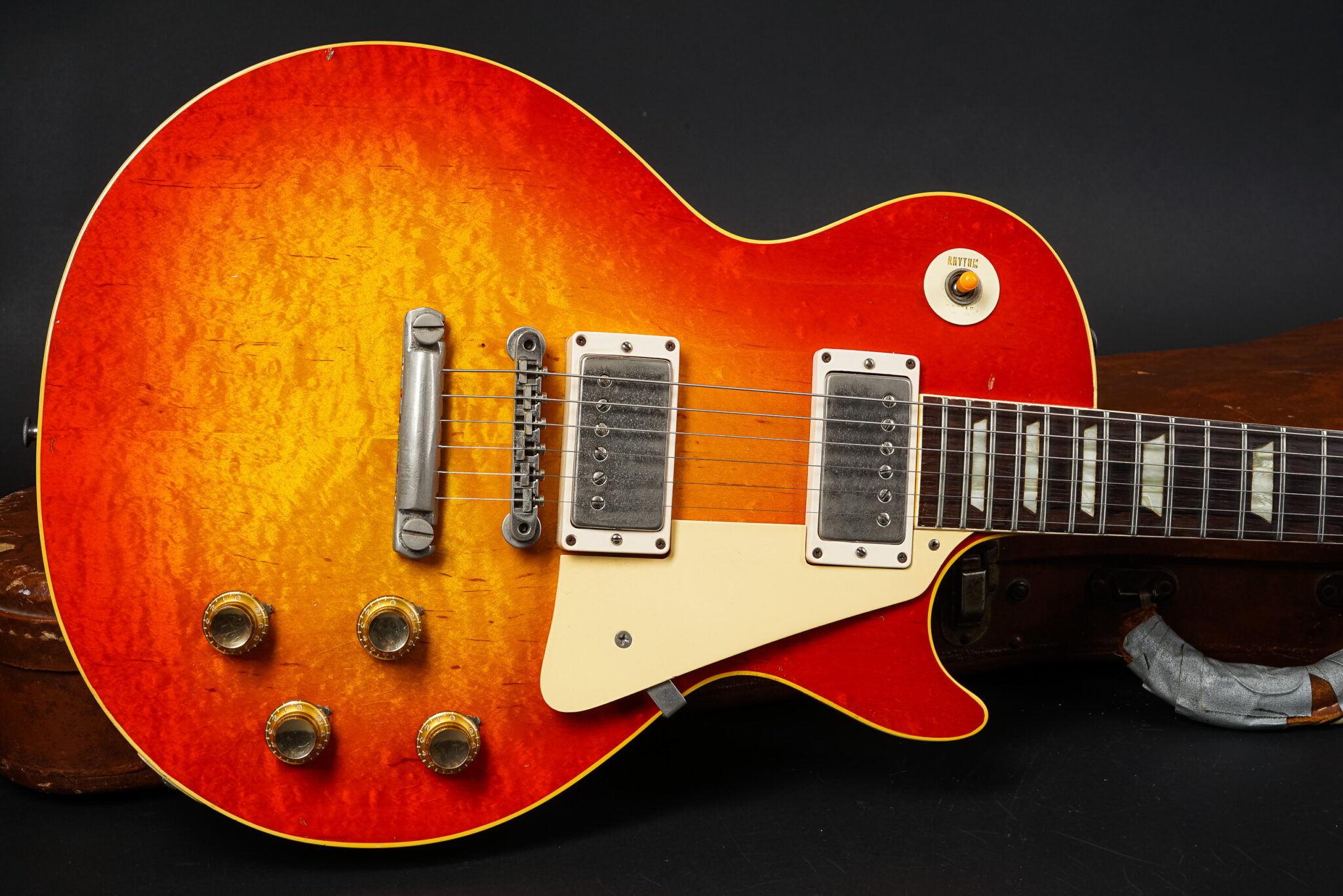 https://guitarpoint.de/app/uploads/products/1960-gibson-les-paul-standard-sunburst-3/1960-Gibson-Les-Paul-Standard-Sunburst-010838-9-2048x1366.jpg