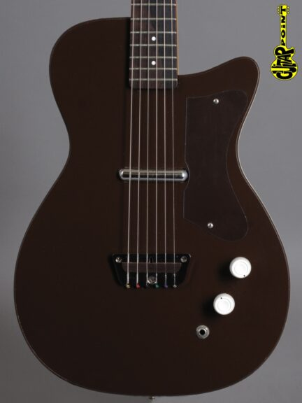 https://guitarpoint.de/app/uploads/products/1960-silvertone-u1-model-1415-maroon/Silvertone60U1Brown2100_2-432x576.jpg