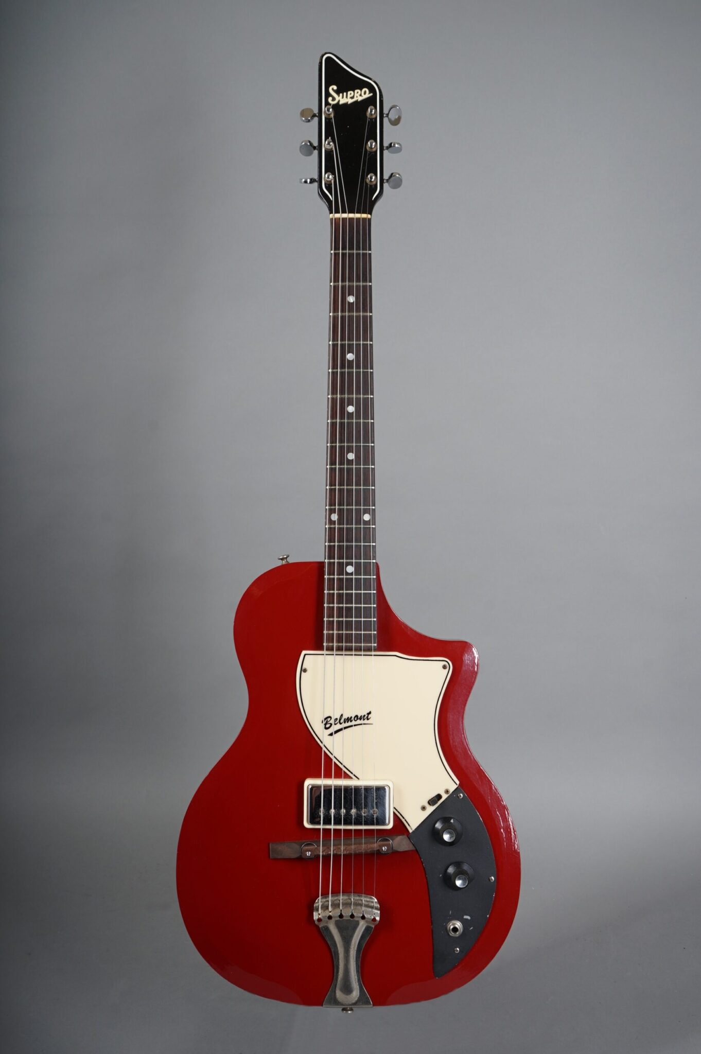 https://guitarpoint.de/app/uploads/products/1960-supro-1570-belmont-maroon/1960-Supro-Belmond-Maroon-T46678-1-scaled-1362x2048.jpg