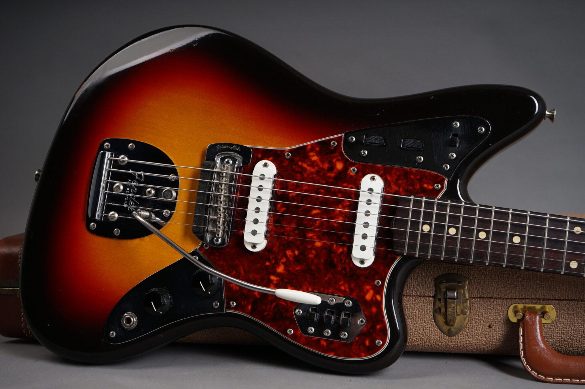 https://guitarpoint.de/app/uploads/products/1962-fender-jaguar-sunburst/1962-Fender-Jaguar-Sunburst-82778-9-scaled-2048x1362.jpg