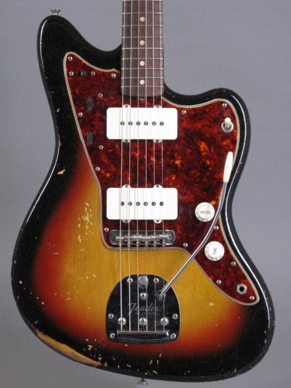 https://guitarpoint.de/app/uploads/products/1963-fender-jazzmaster-sunburst/1963-Fender-Jazzmaster-3-tone-Sunburst-95817-2-576x768.jpg}
