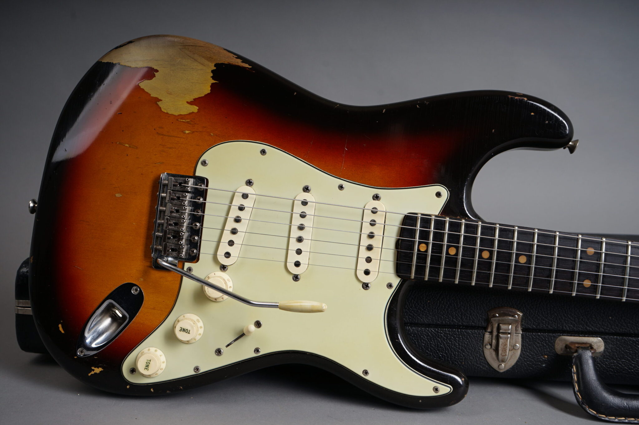 https://guitarpoint.de/app/uploads/products/1963-fender-stratocaster-sunburst-2/1963-Fender-Stratocaster-Sunburst-96633-9-scaled-2048x1362.jpg
