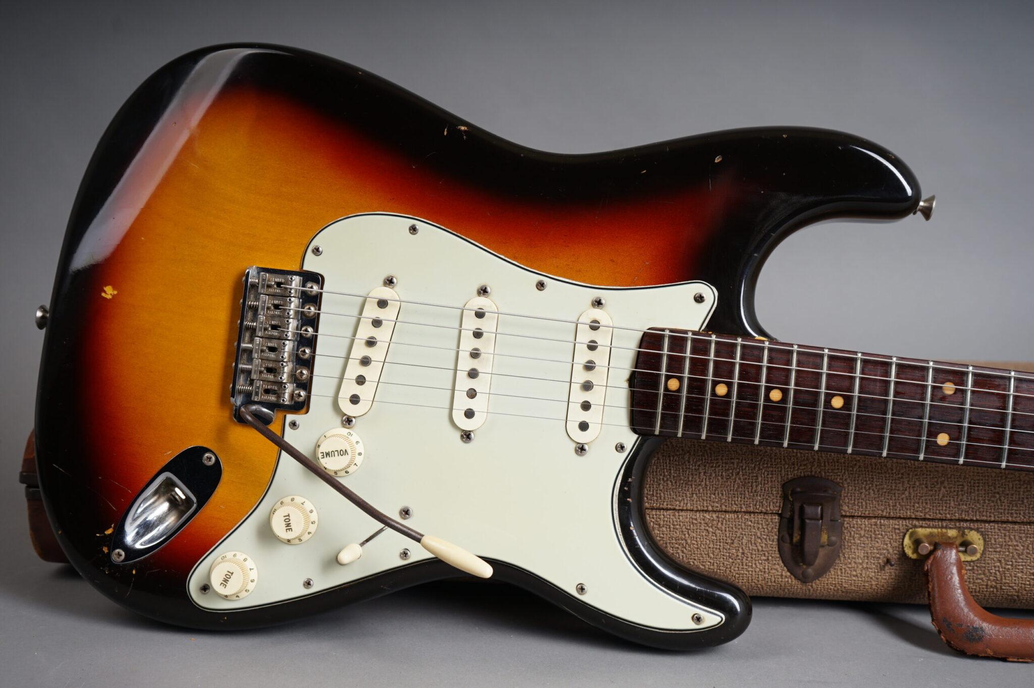 https://guitarpoint.de/app/uploads/products/1963-fender-stratocaster-sunburst-4/1963-Fender-Stratocaster-Sunburst-95643-8-scaled-2048x1362.jpg