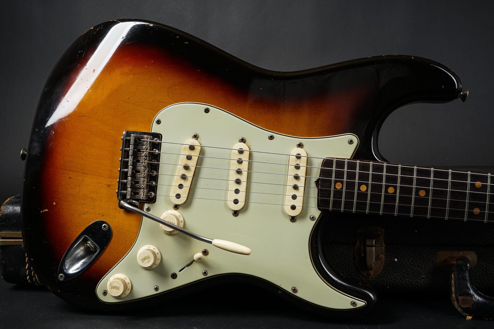 https://guitarpoint.de/app/uploads/products/1963-fender-stratocaster-sunburst-99099/1963-Fender-Stratocaster-Sunburst-99099-9-1-2048x1366.jpg