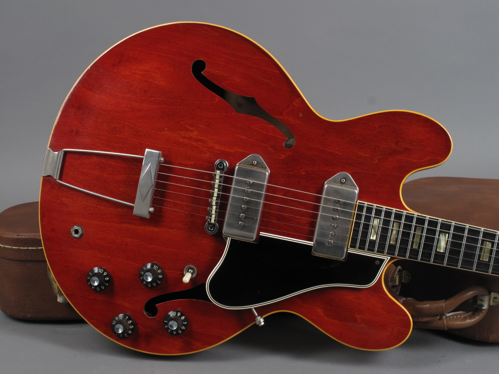 https://guitarpoint.de/app/uploads/products/1963-gibson-es-330-tdc-cherry/1963-Gibson-ES-330TDC-104411-15_1.jpg
