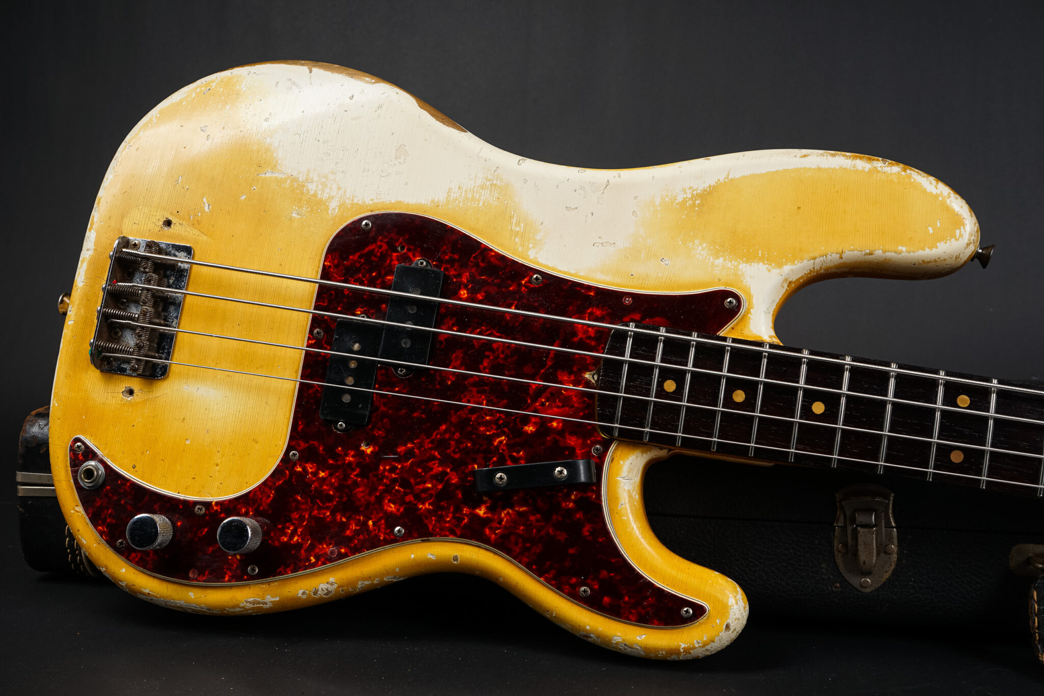 https://guitarpoint.de/app/uploads/products/1964-fender-precision-bass-olympic-white/1964-Fender-Precision-Bass-OWT-L30756-9-2048x1366.jpg
