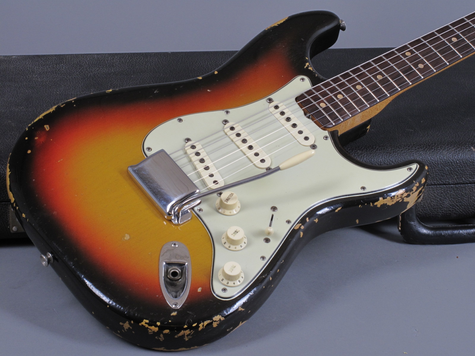 https://guitarpoint.de/app/uploads/products/1964-fender-stratocaster-3-tone-sunburst-5/1964-Fender-Strat-3tSB-_L63943_22.jpg