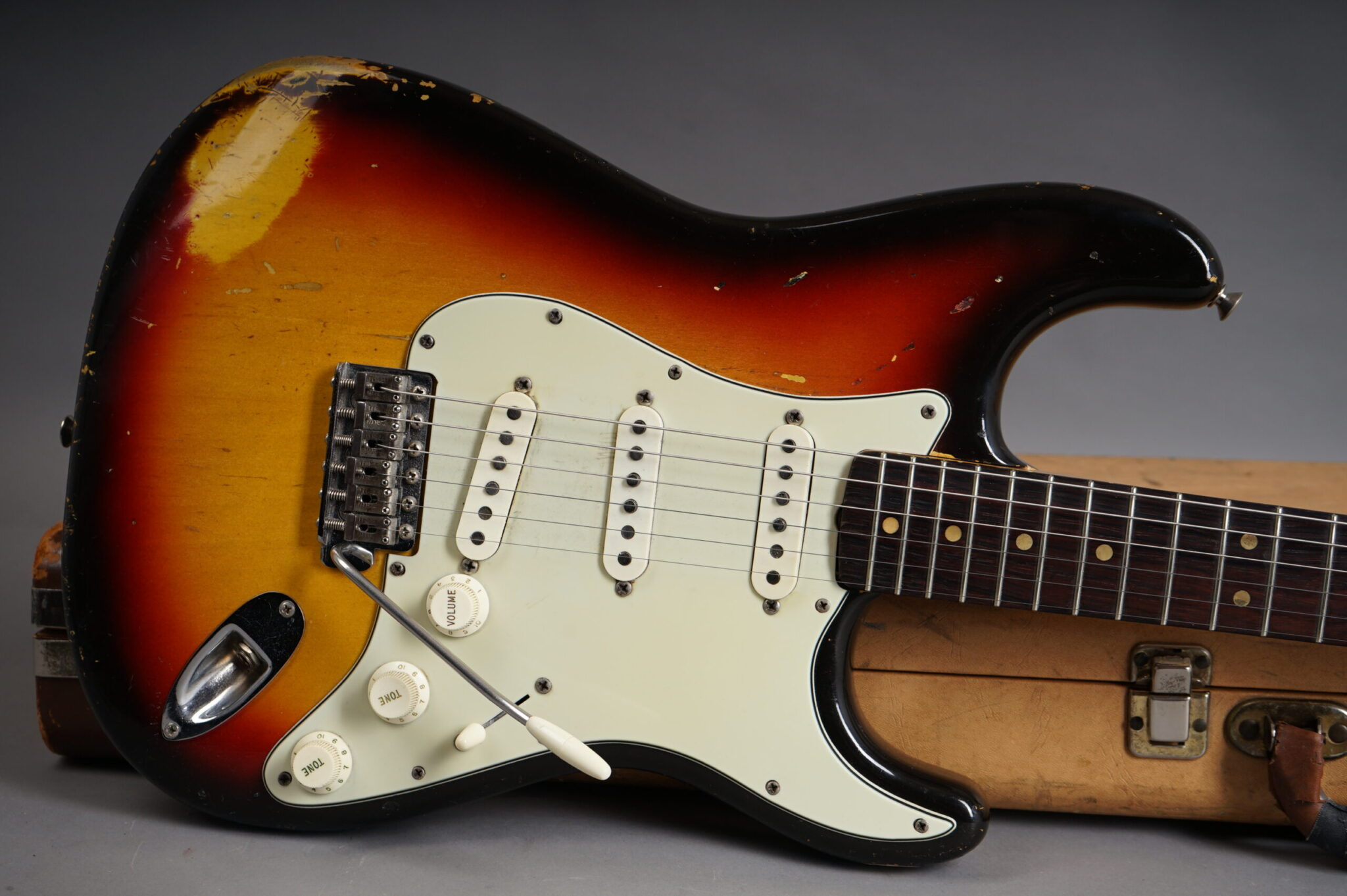 https://guitarpoint.de/app/uploads/products/1964-fender-stratocaster-3-tone-sunburst-abigail-yabbara-pus/1964-Fender-Stratocaster-Sunburst-L39659-9-scaled-2048x1362.jpg