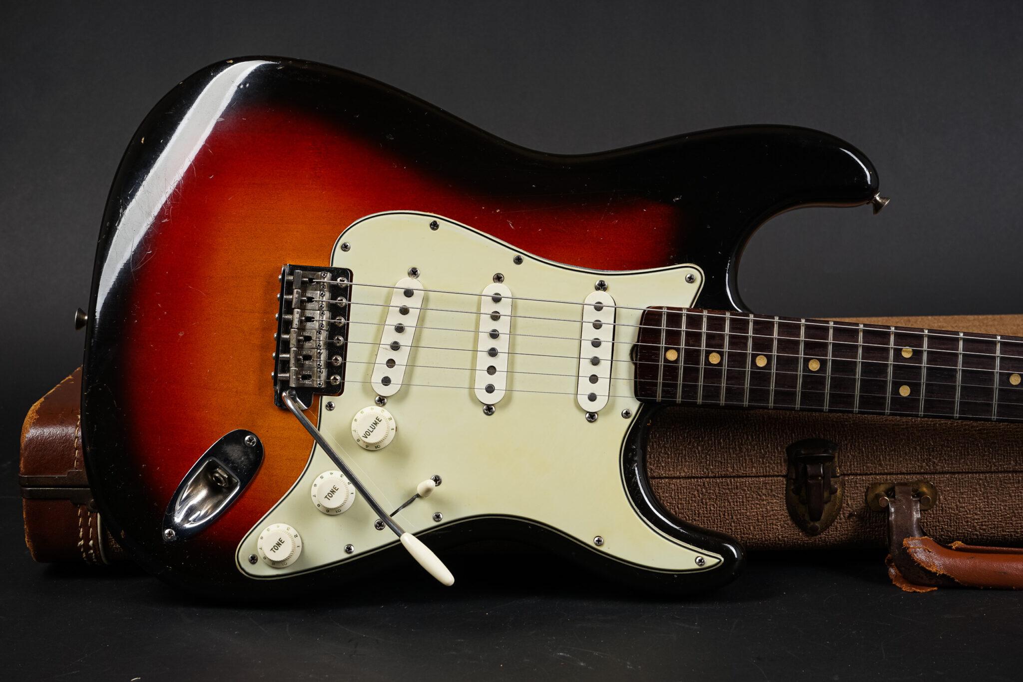 https://guitarpoint.de/app/uploads/products/1964-fender-stratocaster-3-tone-sunburst-lightweight/1964-Fender-Stratocaster-Sunburst-L36425-9-2048x1366.jpg