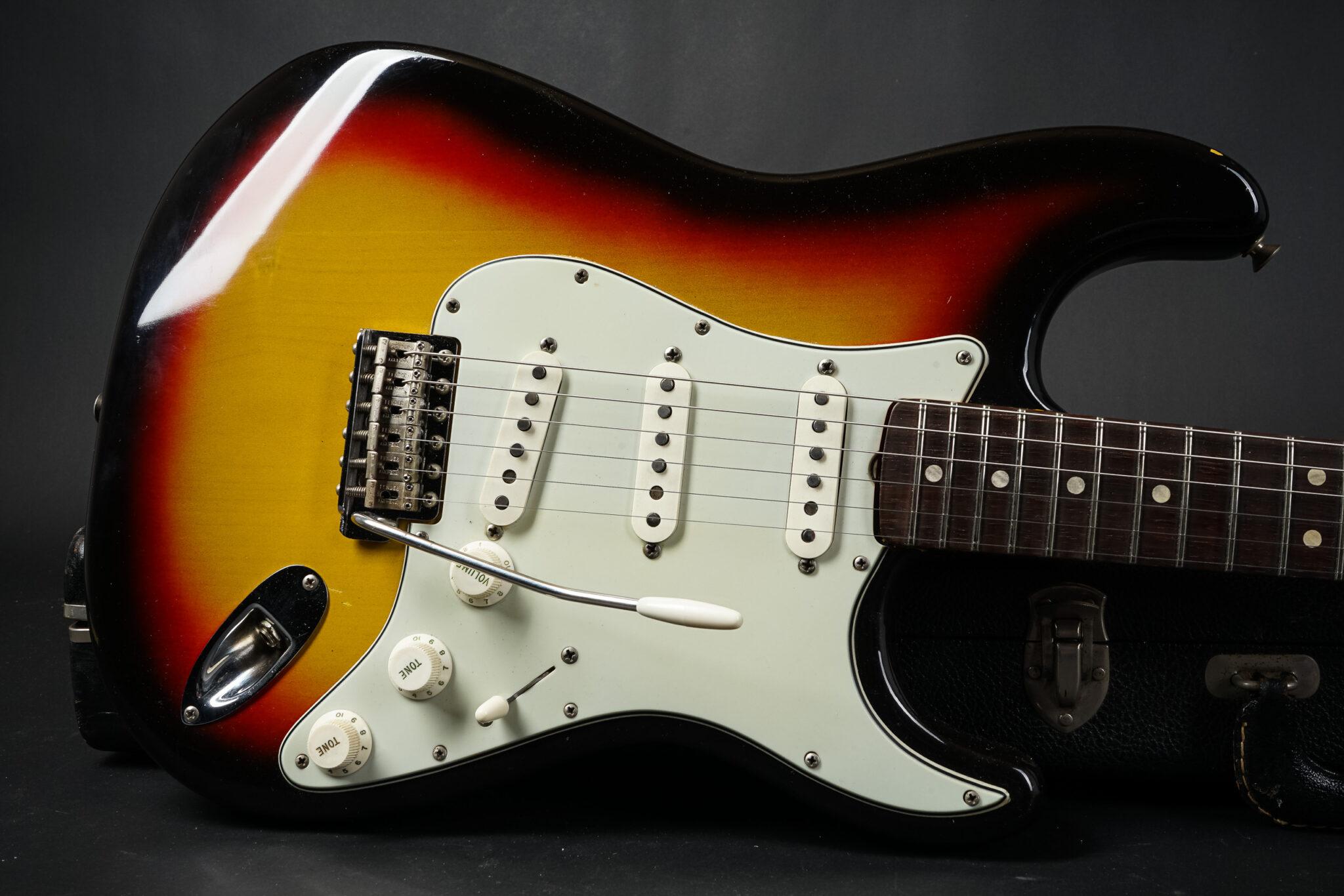 https://guitarpoint.de/app/uploads/products/1964-fender-stratocaster-sunburst-clean/1964-Fender-Stratocaster-Sunburst-L48763-9-2048x1366.jpg