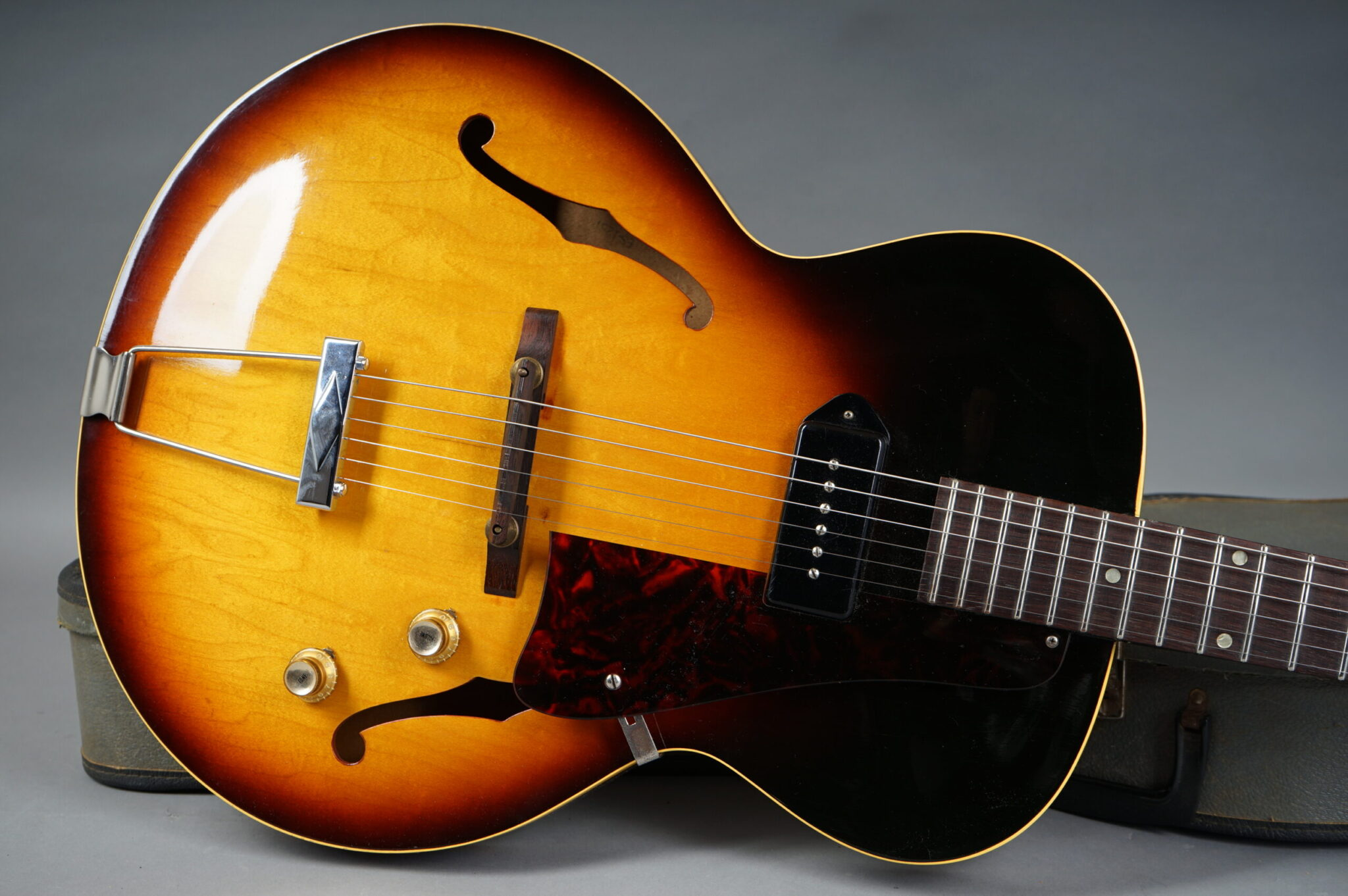 https://guitarpoint.de/app/uploads/products/1964-gibson-es-125t-sunburst/1964-Gibson-ES-125T-16969-8-scaled-2048x1362.jpg