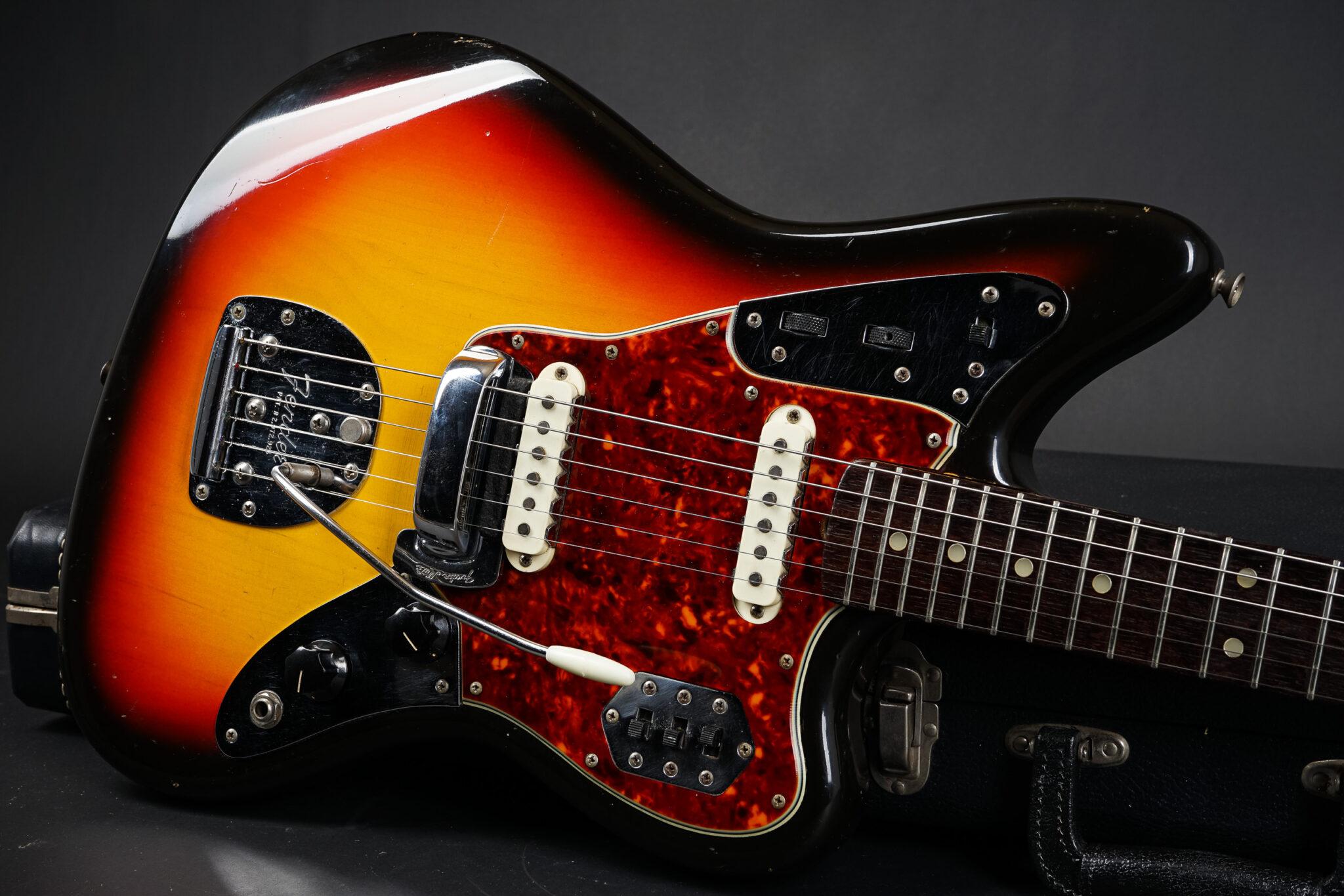https://guitarpoint.de/app/uploads/products/1965-fender-jaguar-sunburst-2/1965-Fender-Jaguar-Sunburst-L96184-11-2048x1366.jpg
