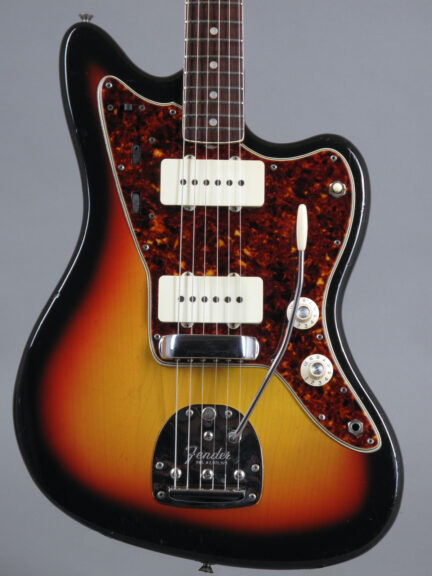 https://guitarpoint.de/app/uploads/products/1965-fender-jazzmaster-sunburst/1965-Fender-Jazzmaster-Sunburst-116126-2-432x576.jpg}