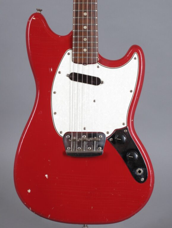 https://guitarpoint.de/app/uploads/products/1965-fender-musicmaster-ii-dakota-red/1965-Fender-Musicmaster-Red-L46391-2-579x768.jpg