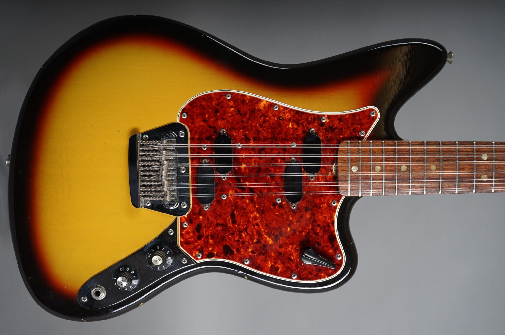 https://guitarpoint.de/app/uploads/products/1966-fender-electric-xii-12-string-sunburst/1966-Fender-Electric-XII-3-tone-Sunburst-154282-2q-scaled-2048x1362.jpg