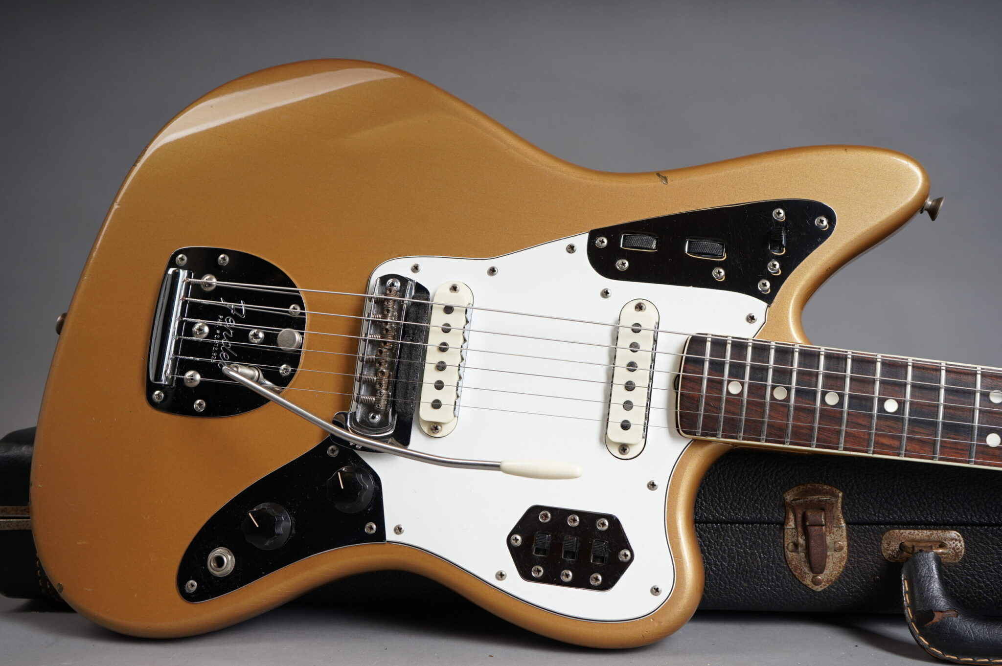 https://guitarpoint.de/app/uploads/products/1966-fender-jaguar-firemist-gold-w-matching-headstock/1966-Fender-Jaguar-Firemist-Gold-122205-9-scaled-2048x1362.jpg