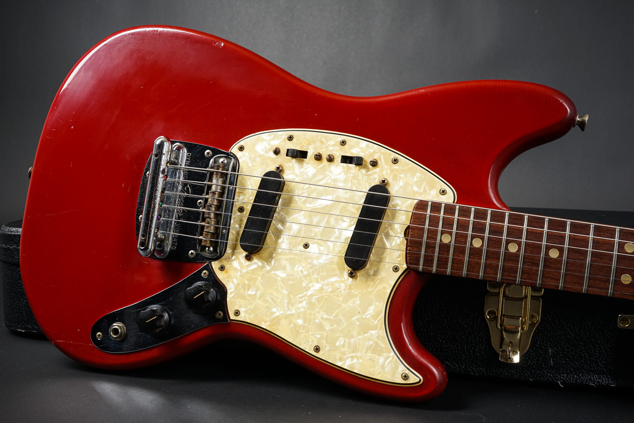 https://guitarpoint.de/app/uploads/products/1966-fender-mustang-red/1966-Fender-Mustang-Red-166310-9-2048x1366.jpg
