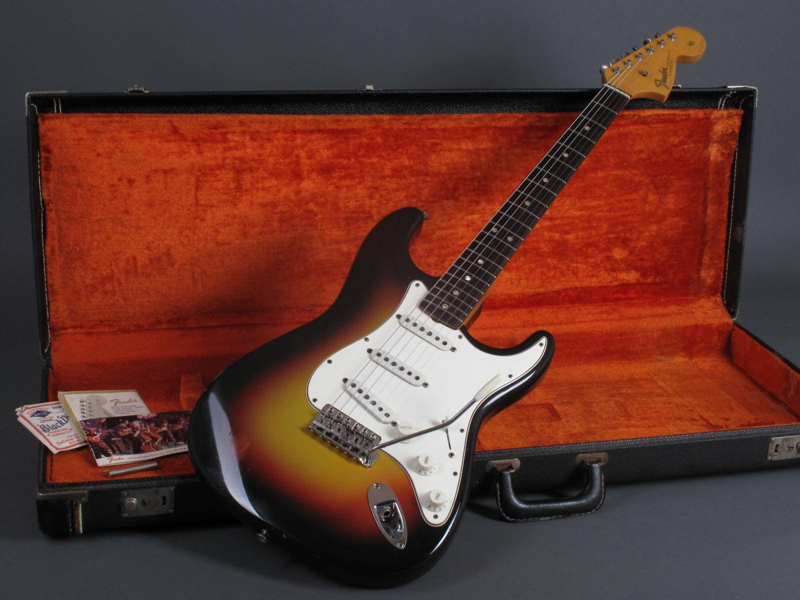 https://guitarpoint.de/app/uploads/products/1966-fender-stratocaster-3t-sunburst-clean/Fender66Str3tSB173506_14.jpg