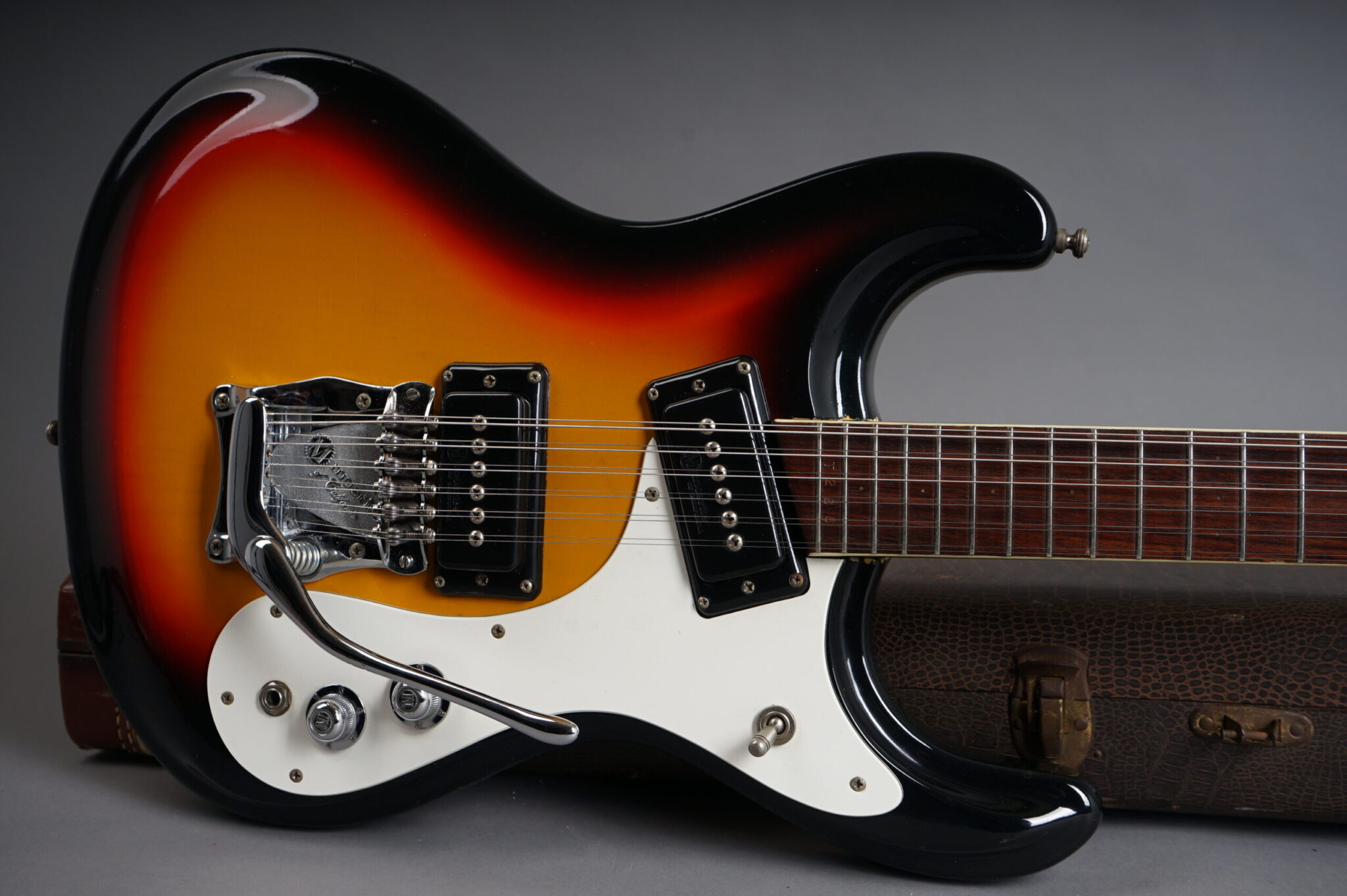 https://guitarpoint.de/app/uploads/products/1966-mosrite-ventures-mk-xii-sunburst/1966-Mosrite-Ventures-MKXII-T266-7-scaled-2048x1362.jpg