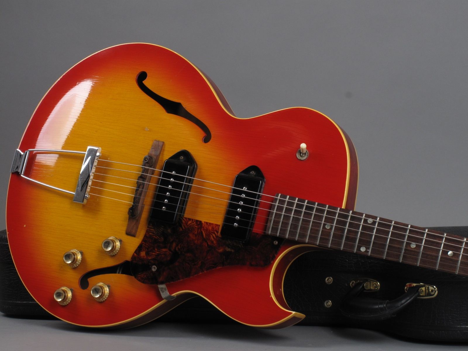 https://guitarpoint.de/app/uploads/products/1967-gibson-es-125-td-cherry-sunburst/1966-Gibson-ES-125-TDC-Sunburst-847379_191.jpg