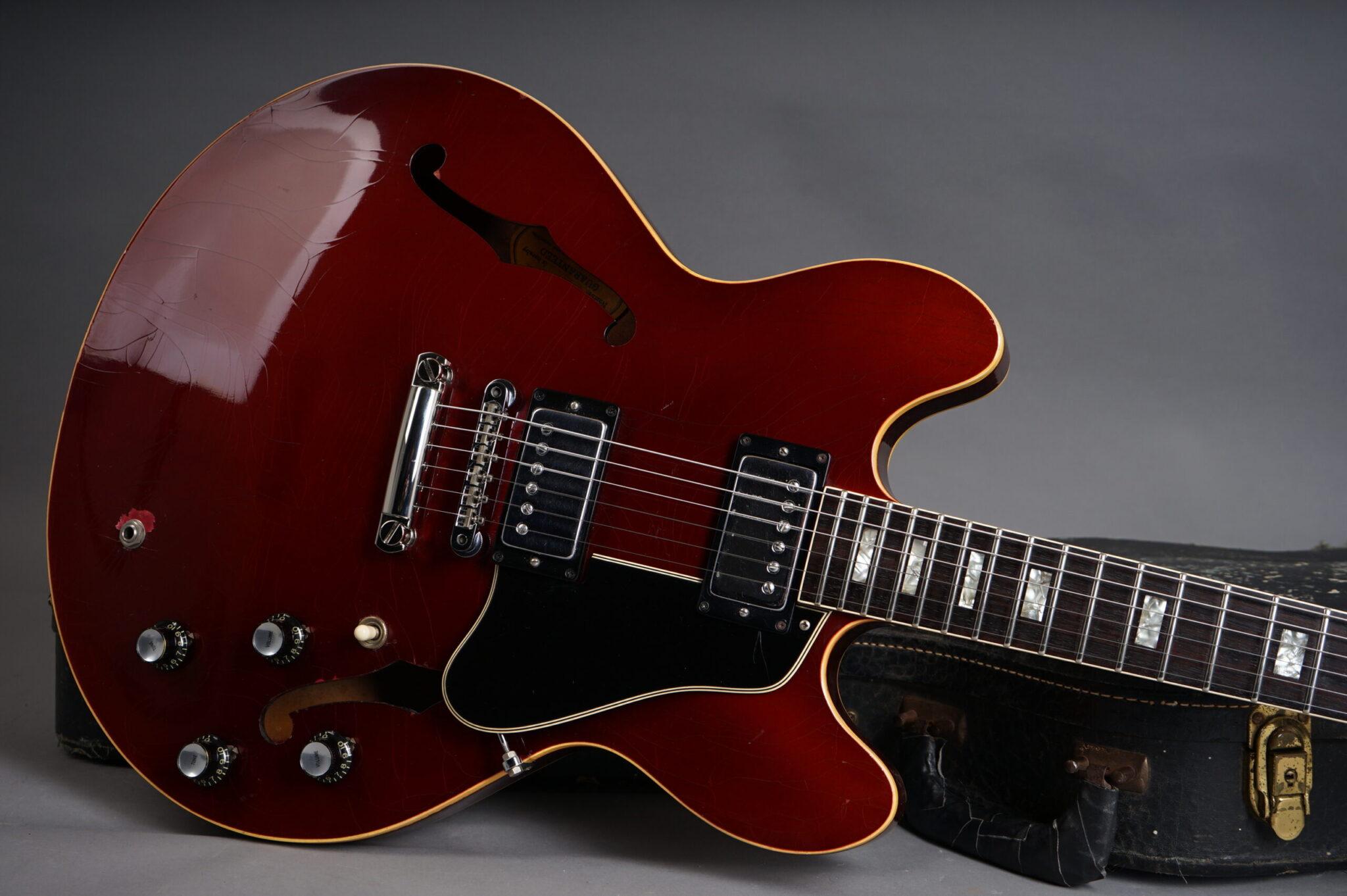 https://guitarpoint.de/app/uploads/products/1967-gibson-es-335-td-burgundy-metallic-stoptail-conversion/1967-GIBSON-ES-335-Burgundy-897139-8-scaled-2048x1362.jpg