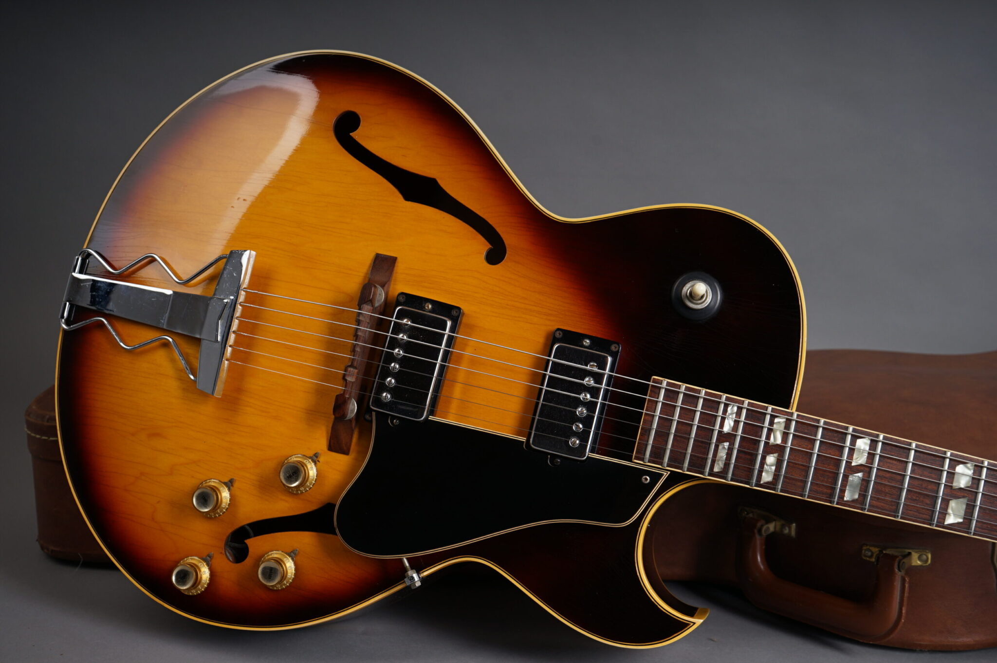 https://guitarpoint.de/app/uploads/products/1968-gibson-es-175d-sunburst/1968-Gibson-ES-175D-528779-8-scaled-2048x1362.jpg