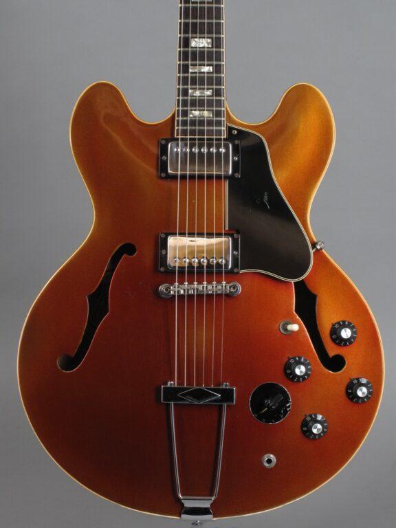 https://guitarpoint.de/app/uploads/products/1968-gibson-es-335-td-stereo-varitone-burgundy-metallic/1968-Gibson-ES-335-Stereo-Burgundy-Mist-980203-2-576x768.jpg