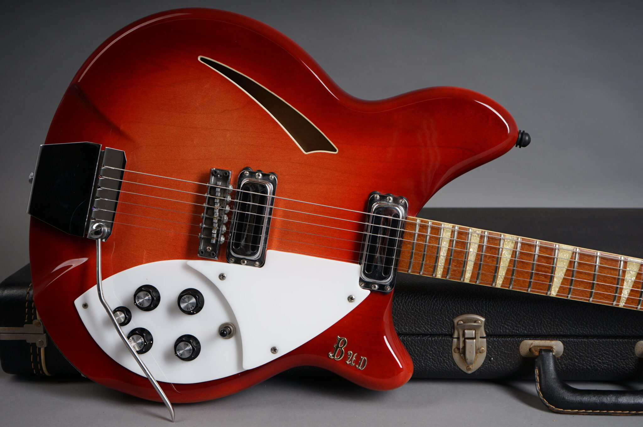 https://guitarpoint.de/app/uploads/products/1968-rickenbacker-365-fireglo/1968-Rickenbacker-3654-HJ1577-8-scaled-2048x1362.jpg