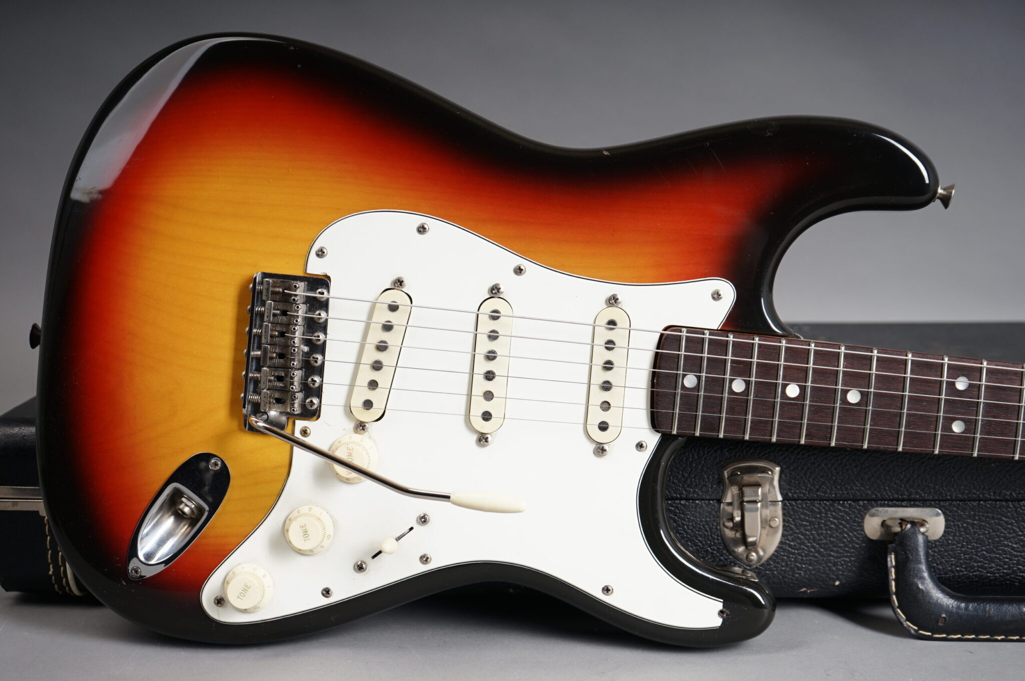 https://guitarpoint.de/app/uploads/products/1971-fender-stratocaster-sunburst/1971-Fender-Stratocaster-Sunburst-322861-8-scaled-2048x1362.jpg