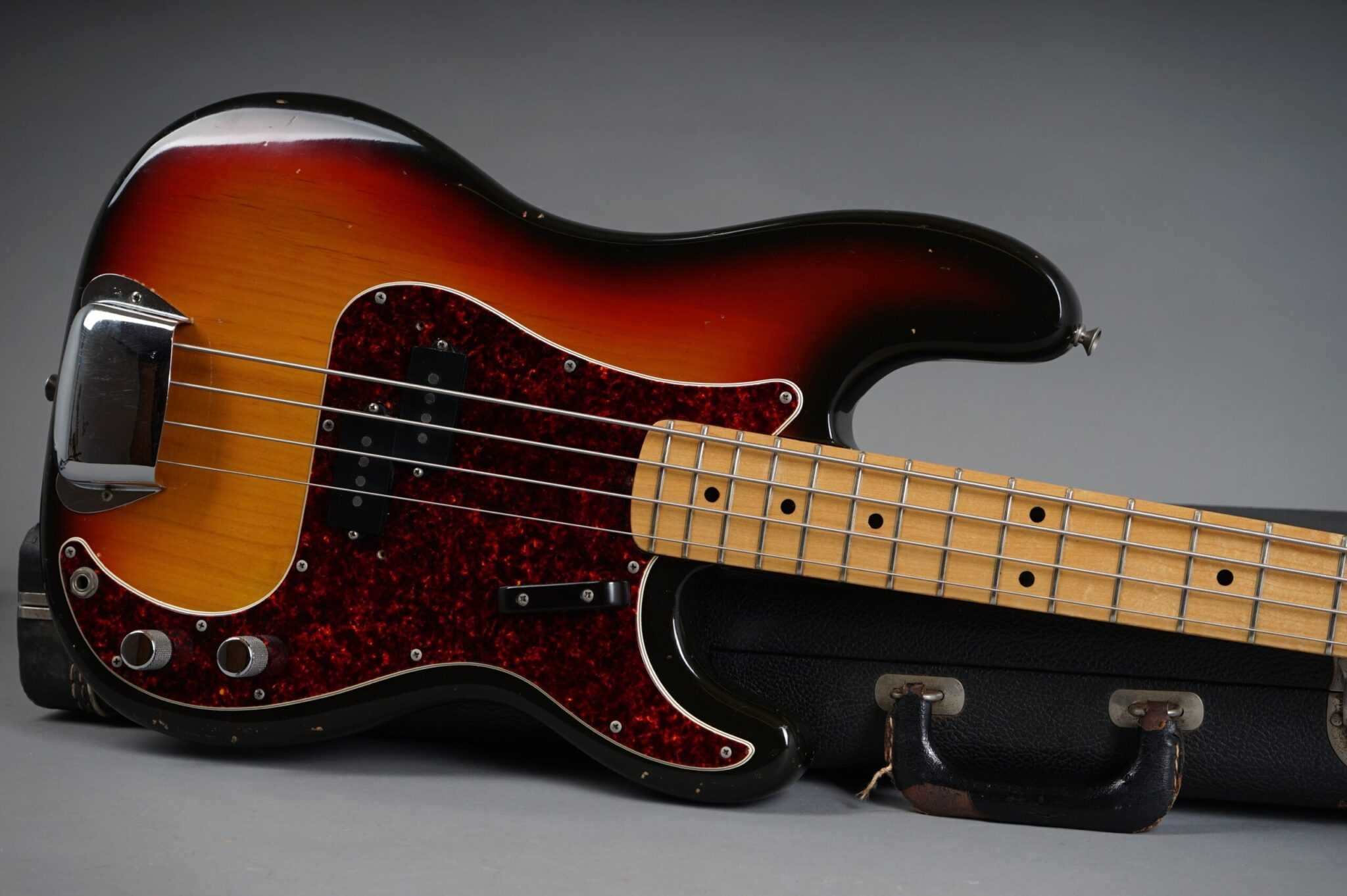 https://guitarpoint.de/app/uploads/products/1972-fender-precision-bass-3t-sunburst-only-38kg/1972-Fender-Precision-3-tone-Sunburst-371090-19-scaled-2048x1362.jpg