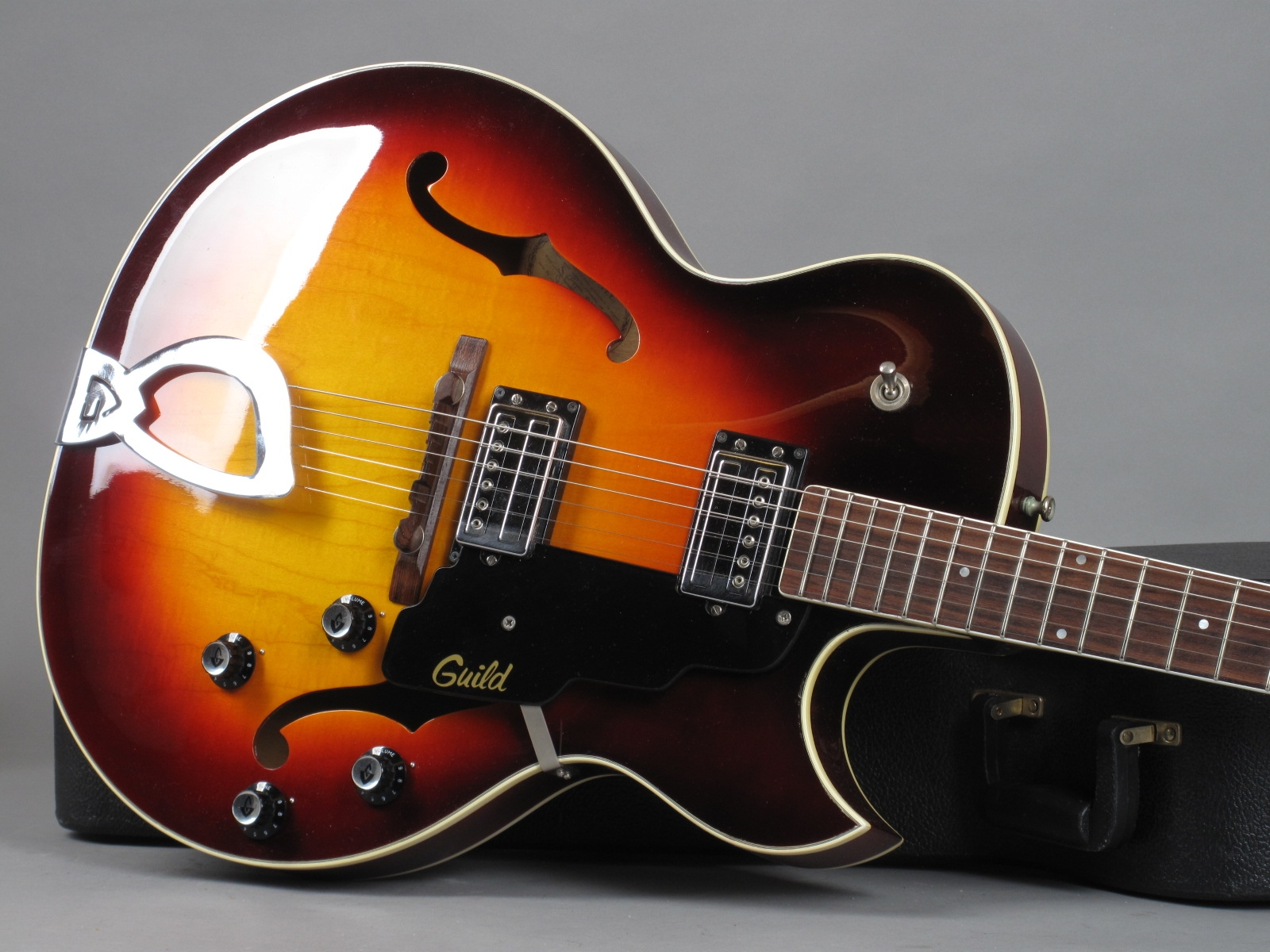 https://guitarpoint.de/app/uploads/products/1972-guild-starfire-ii/1973-Guild-Starfire-II-Sunburst-81491-19.jpg
