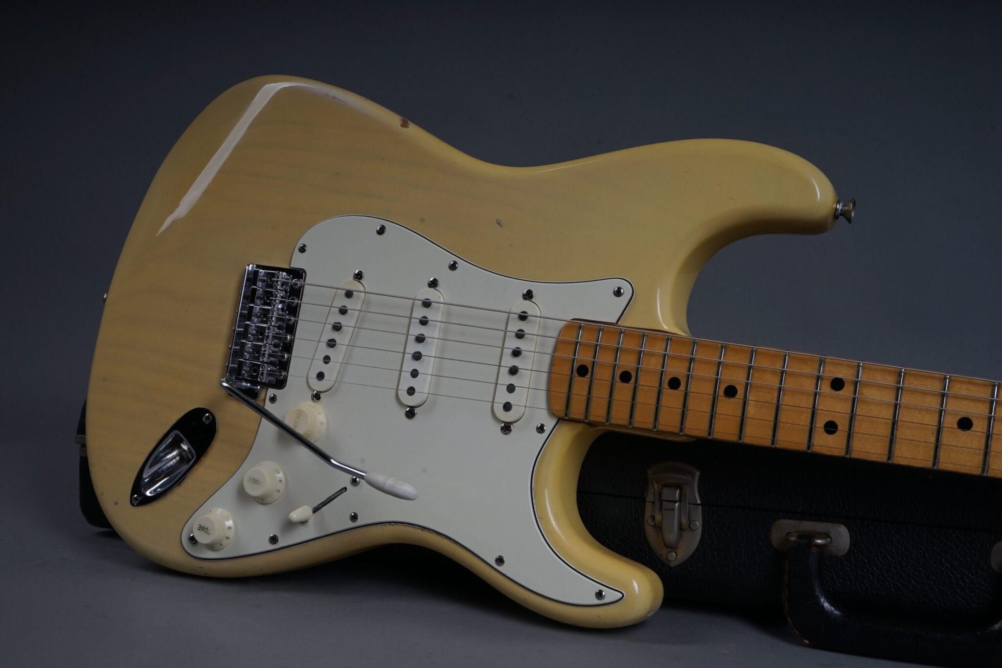 https://guitarpoint.de/app/uploads/products/1973-fender-stratocaster-blond/1973-Fender-Stratocaster-Blond-421803-19-scaled-2048x1366.jpg