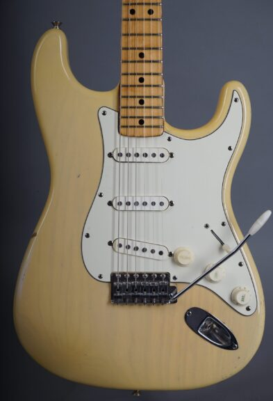 https://guitarpoint.de/app/uploads/products/1973-fender-stratocaster-blond/1973-Fender-Stratocaster-Blond-421803-2-1-scaled-393x576.jpg